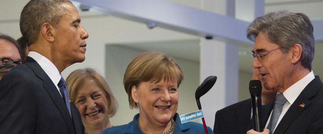 """Ein Schläger für den """"First Golfer"""": Barack Obama erhält von Siemens-Chef Joe Kaeser eine golfige Aufmerksamkeit. (Foto: Getty)"""