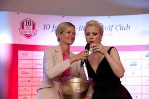 Glücksbringer: Club-Präsidentin und A-Rosa-Golfdirektorin Vanessa Herbon (l.) mit Top-Model Franziska Knuppe bei der Ermittlung der Tombola-Gewinner. (Foto: A-Rosa Golf Club.)