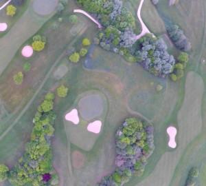 Aufnahmen aus der Luft: Eine Drohne zeigt den Golfplatz von oben. (Foto: HASHTAG films)